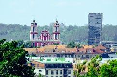 Igreja na cidade com o parque foto de stock royalty free