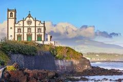 Igreja na cidade da frente marítima do trapaceiro do Sao no Sao Miguel Island Imagens de Stock Royalty Free