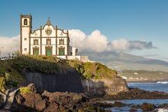 Igreja na cidade da frente marítima do trapaceiro do Sao no Sao Miguel Island Imagens de Stock