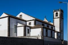 Igreja na cidade da frente marítima do trapaceiro do Sao no Sao Miguel Island Fotos de Stock Royalty Free