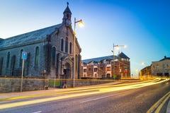 Igreja na cidade da quintilha jocosa na noite Foto de Stock Royalty Free