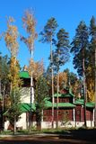 Igreja na floresta do outono foto de stock