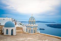 Igreja na ilha de Santorini em Gr?cia, um dos destinos os mais bonitos do curso do mundo fotografia de stock royalty free