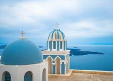 Igreja na ilha de Santorini em Gr?cia, um dos destinos os mais bonitos do curso do mundo fotos de stock