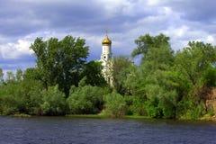 Igreja na ilha em um dia ventoso Fotos de Stock