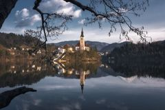 A igreja na ilha sangrada no Eslovênia fotos de stock
