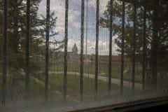 Igreja na jarda de prisão através das barras Imagens de Stock