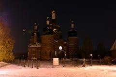 Igreja na noite com neve na terra Foto de Stock