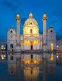 Igreja na noite, Viena de Karlskirche, Áustria foto de stock royalty free