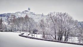 Igreja na paisagem do inverno imagem de stock