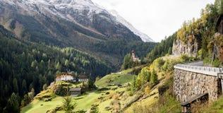 Igreja na paisagem, nas montanhas e nos picos do monte no fundo, ambiente natural imagens de stock royalty free