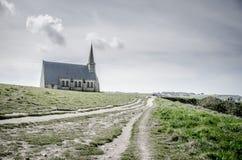 Igreja na parte superior o monte Etretat em França Fotos de Stock Royalty Free