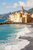 Igreja na praia em Camogli, perto de Genoa, Itália Fotos de Stock Royalty Free