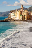 Igreja na praia em Camogli, perto de Genoa, Itália Imagens de Stock Royalty Free