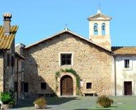 Igreja na vila Foto de Stock Royalty Free