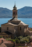 Igreja na vila de Cannero Riviera no lago Maggiore fotografia de stock royalty free