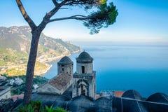 Igreja na vila de Ravello, costa de Amalfi de Itália fotos de stock
