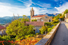 Igreja na vila de Zonza com as casas de pedra típicas durante o por do sol, Imagens de Stock Royalty Free