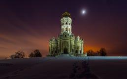 A igreja na vila Dubrovitsy Foto de Stock