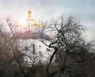 Igreja nas árvores Igreja Igreja velha em Chernigov Abóbada dourada history Cidade velha imagem de stock