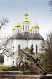 Igreja nas árvores Igreja Igreja velha em Chernigov Abóbada dourada history Cidade velha imagens de stock royalty free
