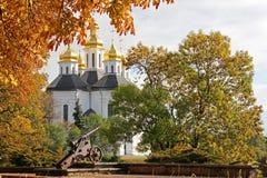Igreja nas árvores Igreja Igreja velha em Chernigov Abóbada dourada history Cidade velha imagens de stock