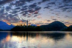 Igreja no console - o lago sangrou no amanhecer Imagem de Stock Royalty Free