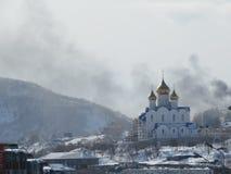 Igreja no inverno igreja bonita do dia de inverno gelado Kamchatka, Rússia imagem de stock royalty free