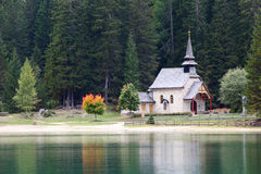 Igreja no lago Lago di Braies na montanha de Dolomiti Imagem de Stock Royalty Free