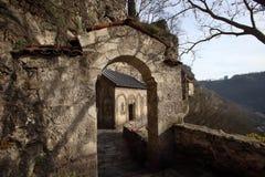 A igreja no monastério de Mgvimevi perto da cidade de Chiatura, Geórgia fotos de stock