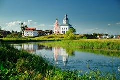 A igreja no riverbank Fotografia de Stock