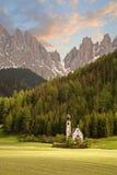 Igreja nos alpes europeus Imagens de Stock