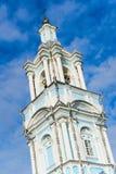 Igreja ortodoxa alta em um fundo do céu azul. construção da torre de sino Imagem de Stock Royalty Free
