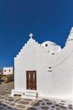 Igreja ortodoxa branca da vista frontal em Mykonos, Grécia fotos de stock royalty free