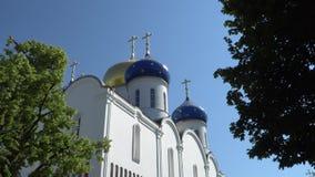 Igreja ortodoxa com as abóbadas contra o céu azul video estoque