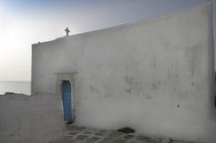 Igreja ortodoxa com porta azul fotografia de stock royalty free