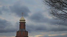 Igreja ortodoxa contra o céu com nuvens filme