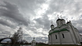 Igreja ortodoxa contra o céu dramático vídeos de arquivo