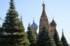 Igreja ortodoxa da manjericão do St no quadrado vermelho em Moscou, um monumento da arquitetura do russo A altura do templo é 65  Imagens de Stock