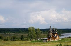 Igreja ortodoxa de madeira em um banco de rio Fotos de Stock