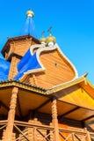 Igreja ortodoxa de madeira tradicional com as abóbadas contra o s azul Imagens de Stock Royalty Free