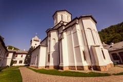 Igreja ortodoxa dentro de um monastério romeno imagem de stock