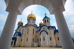 A igreja ortodoxa famosa do estilo do russo na vila Episkopio em Chipre imagem de stock