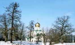 Igreja ortodoxa no dia de inverno foto de stock