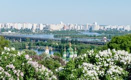 Igreja ortodoxa no jardim de Ucrânia lilás de florescência, Kiev imagem de stock royalty free