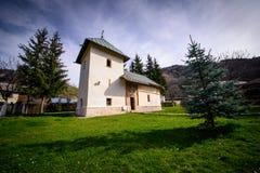Igreja ortodoxa pequena no monastério romeno fotos de stock royalty free