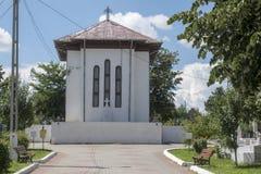 Igreja ortodoxa romena em um cemitério - cidade o Condado de Vaslui Romênia de Birlad imagens de stock royalty free