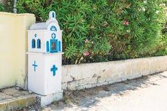 Igreja ortodoxa tradicional azul e branca pequena na estrada, em Corfu, Grécia fotografia de stock royalty free