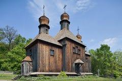 Igreja ortodoxa ucraniana rural de madeira imagens de stock