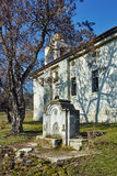 Igreja ortodoxa velha perto da sepultura de Yane Sandanski perto do monastério de Rozhen, Bulgária Fotografia de Stock